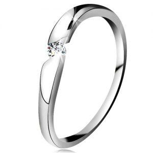 Diamantový prsteň z bieleho 14K zlata - briliant čírej farby v šikmom výreze BT180.57/63 - zasnubne prstene -  zásnuby prsten -  zasnubný prsteň -  zásnuby prsteň -  diamantovy prsten -  zásnubný prsteň -  diamantový prsteň -  zasnubne prstene biele zlato -  zasnubny prsten biele zlato -  zasnubne prstene s diamantom -  zasnubny prsten s diamantom -  zasnubne prstene z bieleho zlata -  na ktorej ruke sa nosí zásnubný prsteň -  zasnubny prsten na ktorej ruke -  kde sa nosi zasnubny prsten -  zlaty zasnubny prsten -  snubny prsten biele zlato -  diamantovy zasnubny prsten -  snubny prsten cena -  zasnubne prstene diamant -  zasnubny prsten s briliantom -  zásnubné prstene s briliantom -  zasnubny prsten ruzove zlato -  platinovy zasnubny prsten -  zásnubný prsteň s briliantom -  zásnubný prsteň s diamantom -  snubny prsten s diamantom -  na ktorý prst sa dáva zásnubný prsteň -  zasnubny prsten na ruke